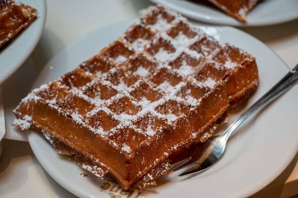 Frische Waffle mit Puderzucker at Flane in Hamburg Germany