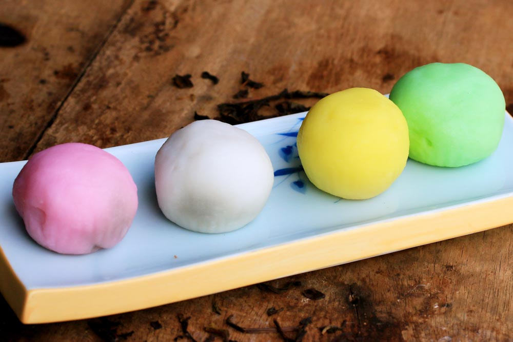4 Mochi on Rectangular Plate
